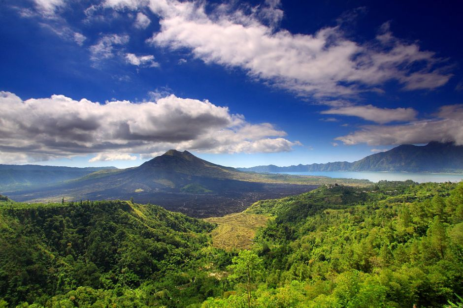 1024px-mount_batur_and_lake